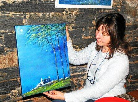 L artiste peintre steva presente l une de ses toiles lors de 3310389 445x330p